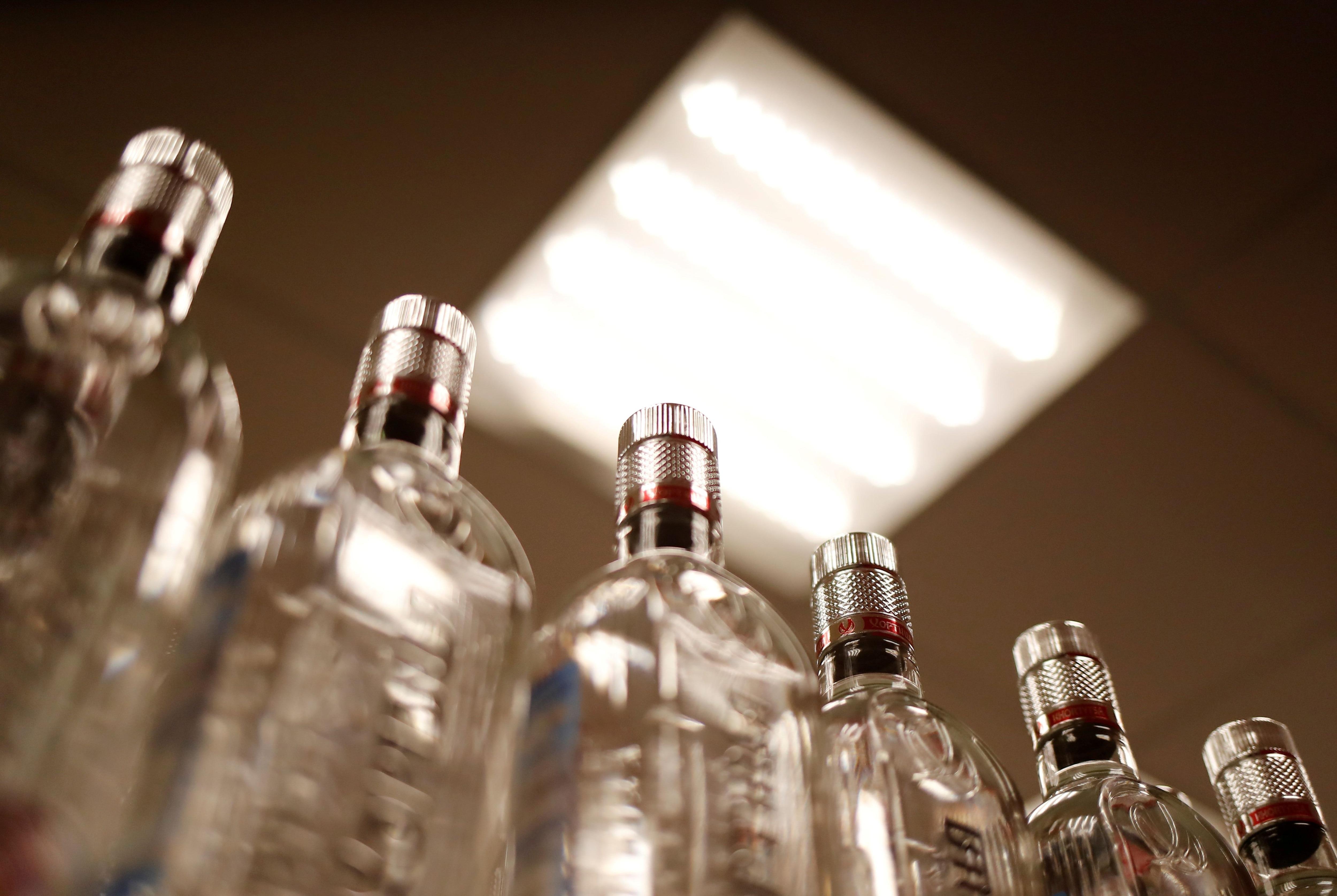 Expertos recomiendan evitar el consumo de alcohol al momento de la vacunación contra el COVID-19 (REUTERS/Maxim Shemetov/File Photo)