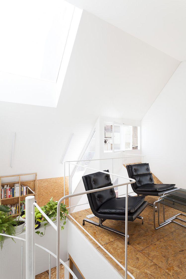 En el interior, un sistema de superficies y mobiliario de madera replica el exterior, organizando distintas soluciones (Javier Agustín Rojas)