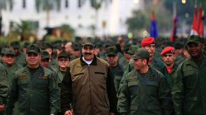 Nicolás Maduro con militares. (Foto: Reuters)