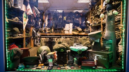 Una tienda de accesorios militares en Schwerin, Alemania, cuyo propietario era parte de Nordkreuz o Cruz del Norte, un grupo neonazi (Gordon Welters / The New York Times)