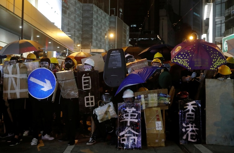 Una barricada improvisada formada por los manifestantes en el distrito de Sai Wan(Reuters)