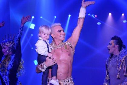 Con Dionisio en brazos, después de un show: la imagen con la que sueña Flavio Mendoza