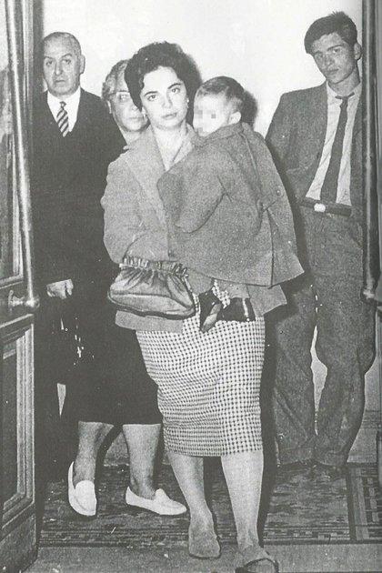 Nelly Rivas, en 1960, con uno de sus hijos en brazos. Detrás, su madre
