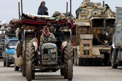 Este tractor utilizado para empujar un carro se cruza en el camino con un tanque M60 turco enviado al frente