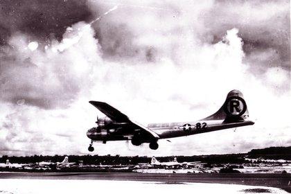 El Enola Gay aterriza en la base de Tinian luego de haber lanzado la bomba atómica en Hiroshima (REUTERS)
