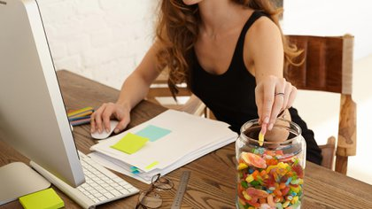 Además de causar sentimientos de culpa, está demostrado que comer alimentos altamente procesados y bebidas con mucha azúcar puede causar inflamación corporal (Shutterstock)