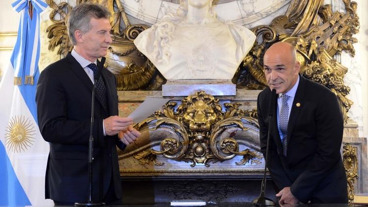 Mauricio Macri tomándole juramento a Gustavo Arribas. Ambos están imputados en la causa (Télam)