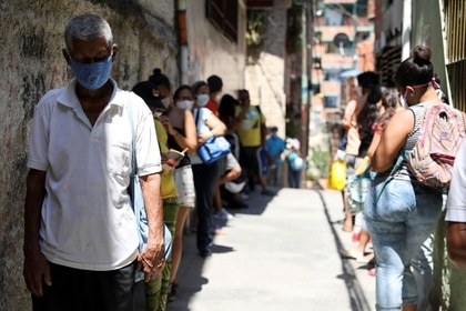 Foto de archivo ilustrativa de un grupo de personas haciendo fila mientras esperan para recibir comida en un barrio pobre de Caracas en medio de la pandemia de coronavirus.Abril 30, 2020. REUTERS/Manaure Quintero