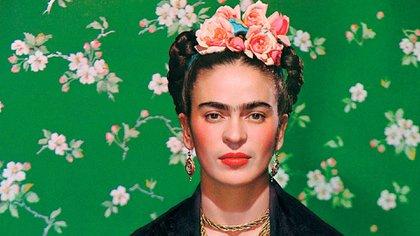 La pintora con su clásico adorno de flores en la cabeza.