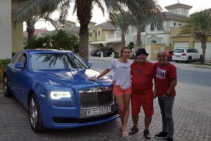 Maradona posó junto a su Rolls Royce, acompañado por Rocío Oliva y el periodista Daniel Arcucci