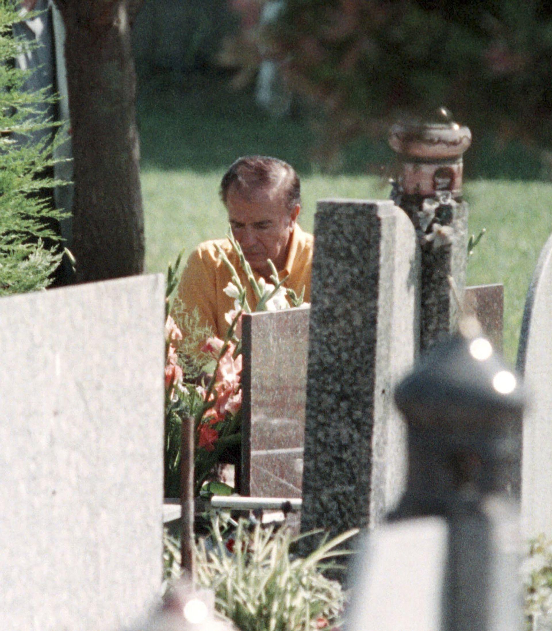 Al celebrarse el sexto aniversario de la muerte de su hijo, Carlos Menem visitó su tumba en el cementerio islámico de San Justo el 21 de noviembre de 2011. Allí el entonces exmandatario aseguró que sabía quienes habían asesinado a su hijo. Todo un cambio de postura en relación a su muerte. (NA)