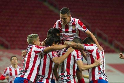 Las Chivas podrán tener público en su encuentro contra el América (EFE)