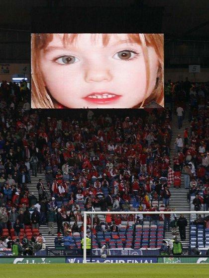 Por la gran repercusión del caso, la cara de la niña británica llegó hasta las tribunas de fútbol (AFP Photo/ ANDREW YATES)