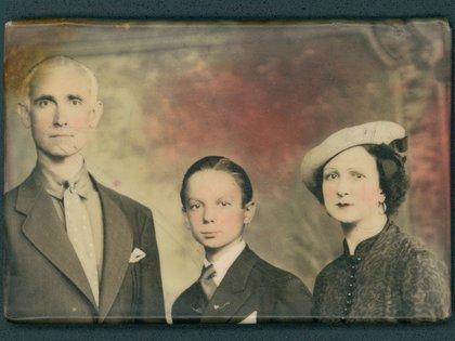 """El pequeño Astor en NY, junto a sus padres: Vicente """"Nonino"""" Piazzolla y Asunta Manetti"""