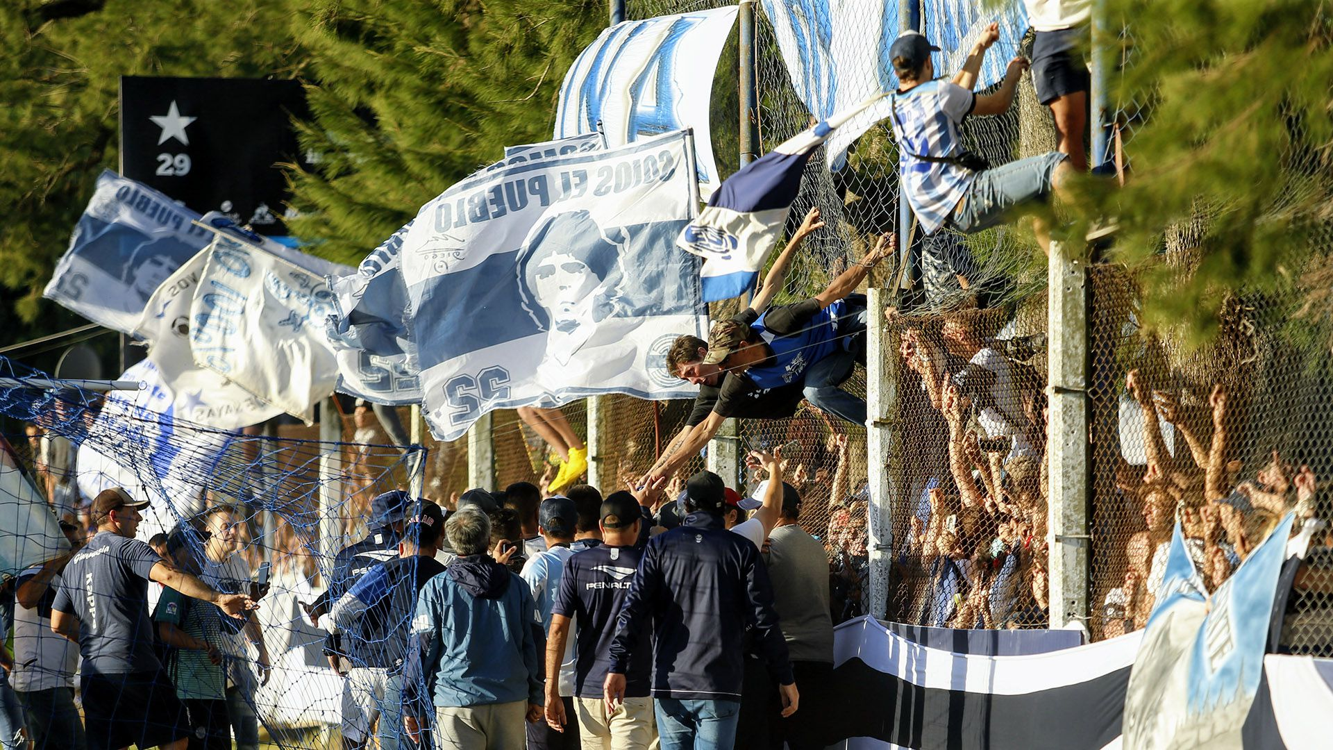 El banderazo de los hinchas de Gimnasia en apoyo a Maradona (Nicolás Aboaf)