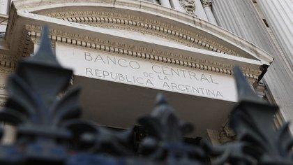 Tras la imposición de controles de cambio el Banco Central aprovecha la demanda forzada de pesos para imprimir