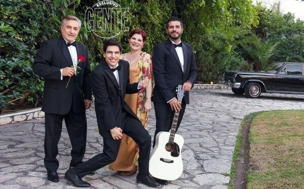 En la entrada de la casa Grimau, Sullivan, Olga y Caponi sosteniendo una guitarra del ídolo. (Foto Christian Beliera/GENTE)