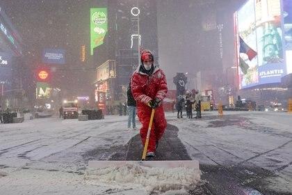 6.000 trabajadores tienen la tarea de mantener las calles despejadas en Nueva York. (REUTERS/Jeenah Moon)