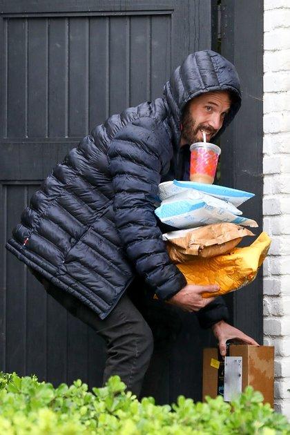 Ben Affleck hizo malabares en la puerta de su casa al intentar abrir sin que se le cayera ningún paquete de los que cargó. Además, llevaba un refresco que sostuvo con su boca. Fue en un día lluvioso, motivo por el cual el actor llevaba puesta una campera con la capucha