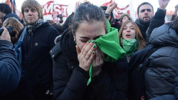 La emoción de una joven manifestante luego de la votación en la Cámara Baja