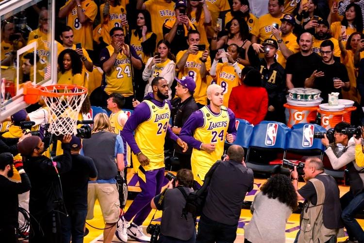 Los jugadores saltaron al campo de juego con las camisetas de Kobe Bryant (AP Photo/Ringo H.W. Chiu)