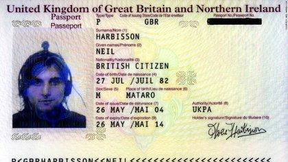 Imagen del pasaporte que Neil Harbisson renovó en 2004 , donde se lo ve con la antena