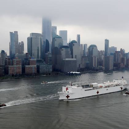 The USNS Comfort passes Manhattan as it enters New York Harbor during the outbreak of the coronavirus disease (COVID-19) in New York City, U.S., March 30, 2020. REUTERS/Mike Segar