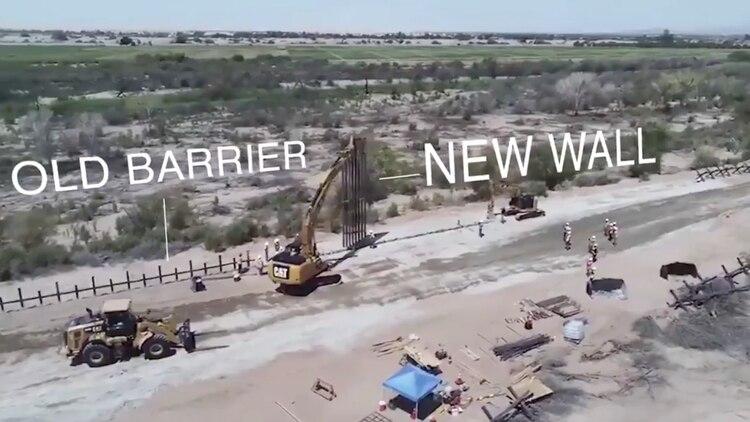 """En un fragmento del video, Trump presume la nueva altura de más de nueve metros de """"su"""" muro (Foto: Captura de pantalla Twitter @realDonaldTrump)"""