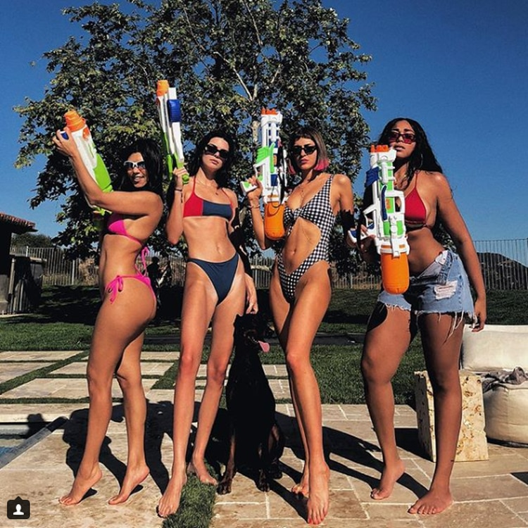 Kourtney Kardashian y Kendall Jenner posan junto a sus amigas con