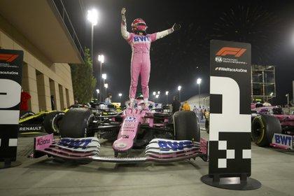 La alegría de Checo Pérez al ganar el Gran Premio de Sakhir en Bahrein, el primero de su carrera en la F1 (Foto: AP)