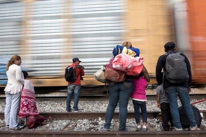 Una de las reformas que se aprobarán por consenso este lunes será para garantizar la protección de mujeres migrantes (Foto: Miguel Sierra/ EFE)