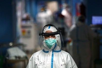 La enfermera Cristina Cadenas, de 53 años, con un equipo de protección personal (PPE) completo, posa durante su turno en el hospital Príncipe de Asturias, en medio del brote de la enfermedad por coronavirus (COVID-19), en Alcalá de Henares, España, el 30 de abril de 2020 (Foto tomada el 30 de abril de 2020/ Reuters/ Sergio Pérez)