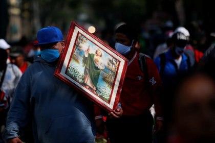 Los feligreses dejaron el miedo al COVID-19 de lado y asistieron al templo para celebrar al santo (Foto: Reuters/Carlos Jasso)