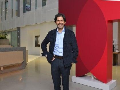 Marcos Santana, en la entrada de Telemundo Center (Foto: Enrique Tubio)