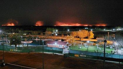Incendios en el Delta del Paraná vistos desde San Nicolas de los Arroyos, en la provincia de Buenos Aires