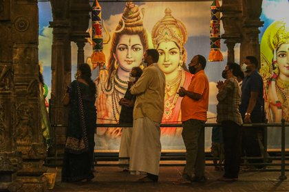 14/01/2021 Personas con mascarilla por el coronavirus en un templo hindú de Sri Lanka POLITICA ASIA SRI LANKA PRADEEP DAMBARAGE / ZUMA PRESS / CONTACTOPHOTO