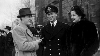 El duque de Edimburgo junto a Lord Brabourne y Doreen en la despedida de los vizcondes de Mountbatten antes de su viaje a India.