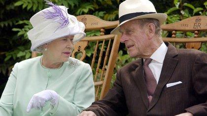 El 17 de julio de 2002, la reina Isabel II y el duque de Edimburgo conversan sentados durante una actuación musical en Abbey Gardens