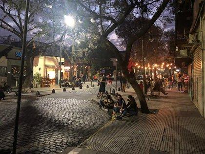 Plaza Serrano, ayer. Con buen clima, mucha gente salió a la calle a pesar de las restricciones