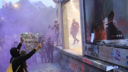 Diversos contingentes de mujeres se reunieron en la Glorieta de Insurgentes para exigir un alto a la violencia de género y en apoyo a las mujeres que se manifestaron el lunes y aventaron diamantina rosa al secretario Jesús Orta Martínez (Foto: Cuartoscuro)
