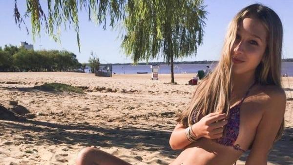Nahir en la playa.