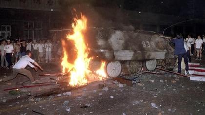 Algunos jóvenes resistieron el avance de los blindados con piedras, palos y bombas molotov (AP Photo/ Jeff Widener, File)