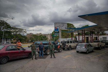 Los venezolanos deben hacer horas de cola para conseguir gasolina (EFE/ Miguel Gutierrez)