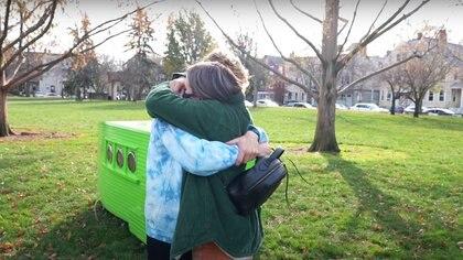 Ryan Trahan y su novia abrazados después de completar el reto de las 24 hroas.