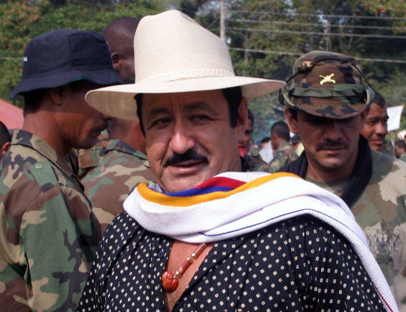 Foto de archivo. El comandante paramilitar Hernán Giraldo camina después de entregar su arma en la Sierra Nevada de Santa Marta, Colombia, 3 de febrero, 2006. REUTERS/Fredy Builes