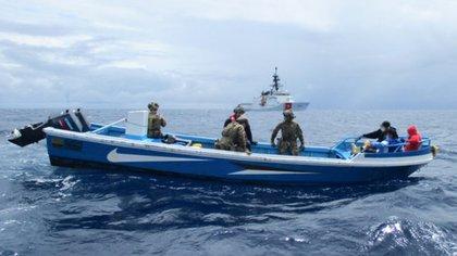 El barco fue remolcado a Curazao, donde el tripulante y el cargamento fue entregado a la policía local
