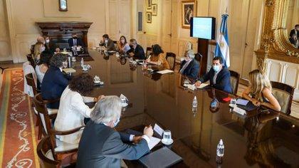 Alberto Fernández, Santiago Cafiero, Carla Vizzotti y el comando nacional de vacunación en la Casa Rosada