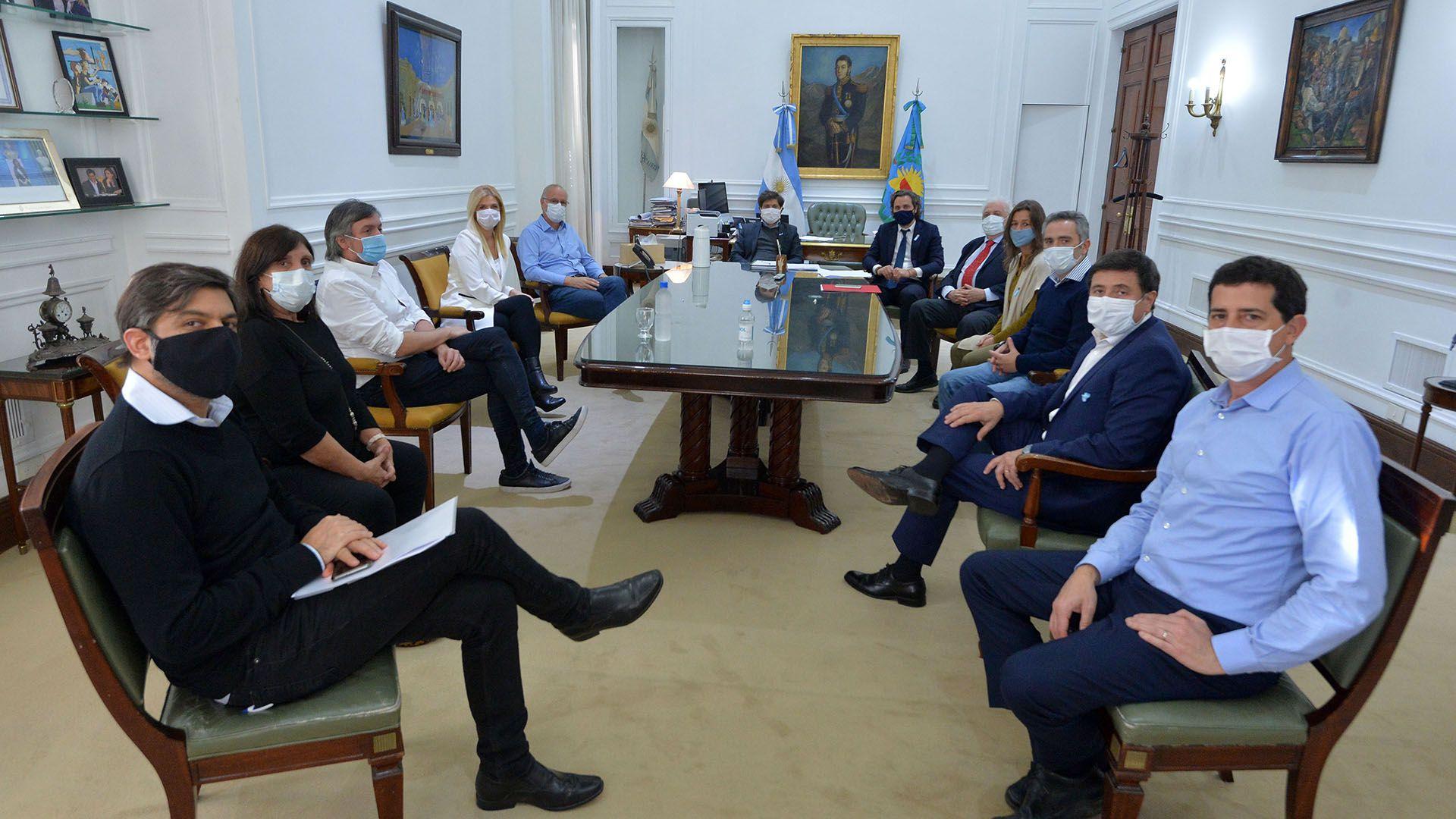 Axel Kicillof y Santiago Cafiero junto a los ministros nacionales y provinciales y Máximo Kirchner (Prensa Gobierno bonaerense)