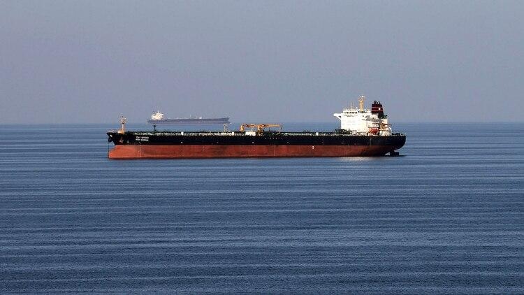 Un buque petrolero pasa por el estrecho de Hormuz el 21 de diciembre de 2018 (REUTERS/Hamad I Mohammed/File Photo)