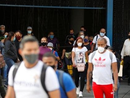 Gente con tapabocas en las calles de Caracas (REUTERS/Leonardo Fernández Viloria)